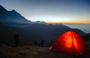 Campen in den Bergen mit einem Wurfzelt