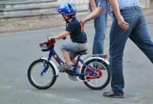 Ein Kind auf einem Fahrrad