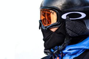 Skifahrer mit Hartschalenhelm