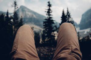 Beine eines Mannes mit einer Wanderhose