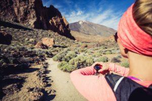 Frau nutzt Höhenmesser beim Wandern