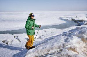 Junger Mann mit Gletscherbrille auf Hochtour unterwegs