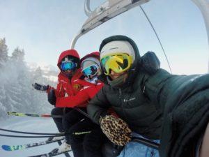 Skifahrer im Lift mit verspiegelter Skibrille