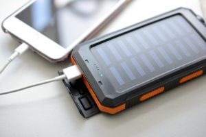 Solar-Powerbank mit einem USB-C-Kabel an iPhone angeschlossen