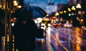 Person mit Regenschirm