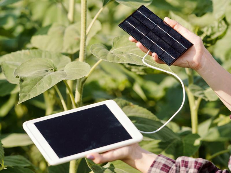 Solar-Ladegerät mit angeschlossenem Tablet